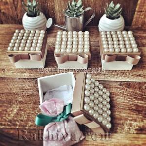 Идеи за сватбена декорация с перли и дантела
