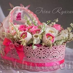 Подарък за бебе – кошница-люлка с декорация от бонбони