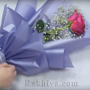 Опаковане на цветя: Как да опаковаме красиво роза с едноцветен целофан