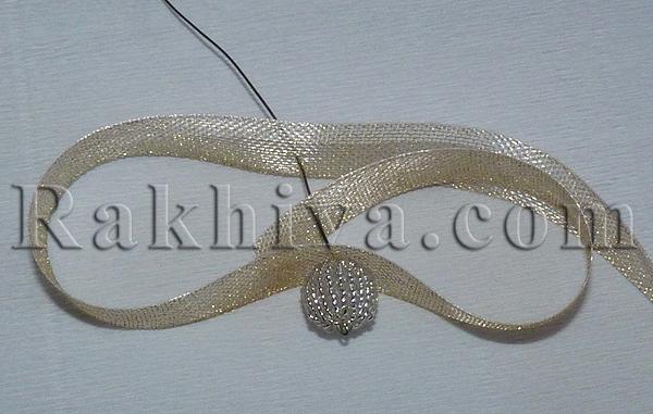 Нанижете първата мъниста и перла (мъниста) на шнура, или готовите топчета с мъниста